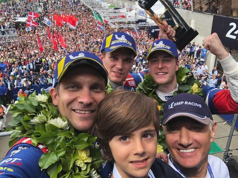Gebalde vuist: Vandoorne viert zijn podiumplaats met zijn ploegmaats bij SMP Racing, de Russen Petrov (links) en Aleshin (naast onze landgenoot).