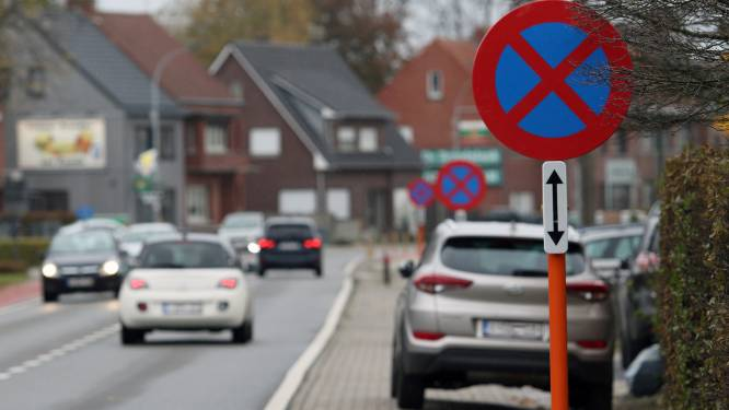 Gemeente voert parkeerverbod langs Steenstraat in
