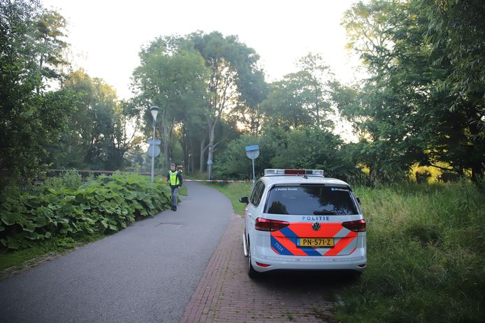 De omgeving van het Omlooppad in Gouda is zondagochtend vroeg afgezet voor onderzoek naar de dode vrouw die langs het pad werd gevonden.