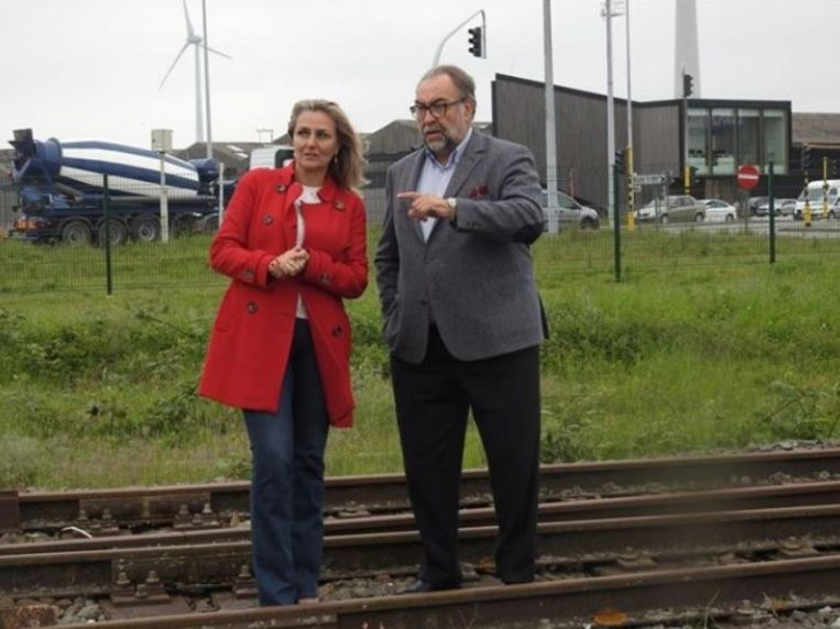 Kathleen Depoorter en Marc Descheemaecker poseren op een treinspoor.