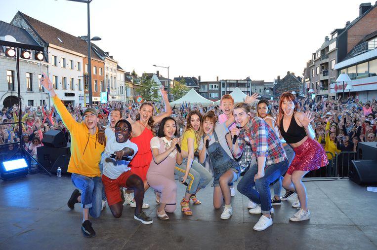 De cast van de populaire Ketnetreeks 'LikeMe' tijdens een eerder optreden op Witte Donderdag op de Graanmarkt in Ninove.