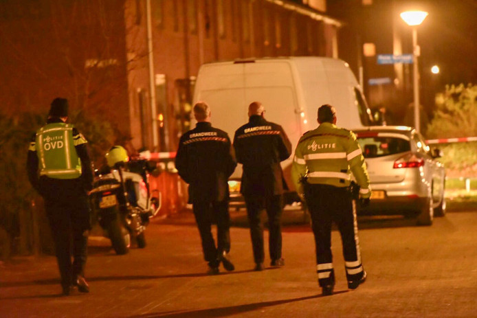 Busje met grote hoeveelheid vaten voor drugsproductie aangetroffen in de Caspar Netcherstraat.