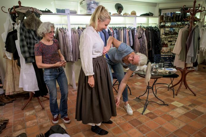 Een deel van de kleding wordt op maat gemaakt, maar veel wordt ook hergebruikt.