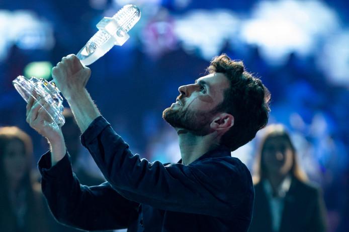 Duncan Laurence vlak na de winst met de trofee in songfestivalstad Tel Aviv.
