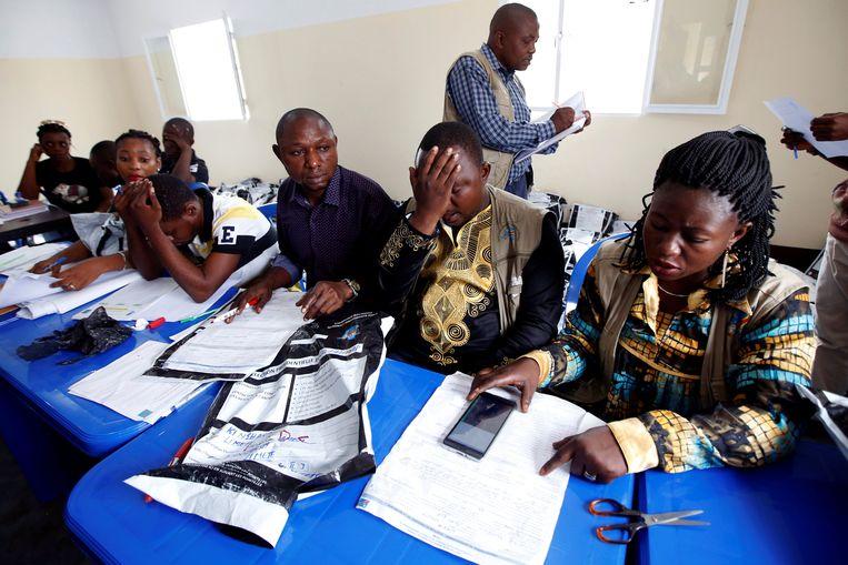 De onafhankelijke kiescommissie controleert de kiesformulieren. REUTERS/Baz Ratner