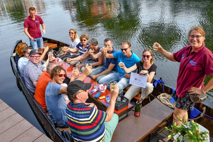 """,,Deze week hadden we nog iemand aan boord die niet wist dat Tilburg een haven had"""", zegt Caroline Docters van Leeuwen (uiterst rechts) van Tilburg te Water. Ze lacht. ,,Hij keek zijn ogen uit."""""""