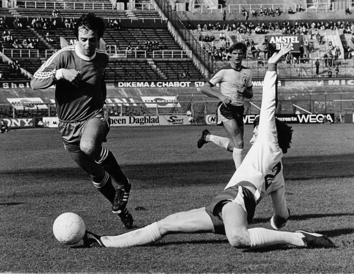 Willy van der Kuylen (l) in actie tegen FC Amsterdam.