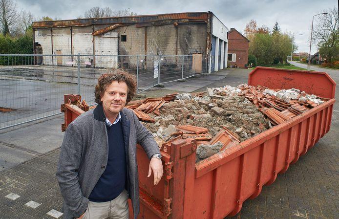Directeur Richard Smits (Masaskant Reizen) voor het restant van het bedrijfspand aan de Mr. Van Coothweg.