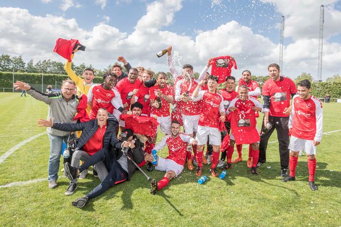 Feest bij de spelers van Goes, die in hun eerste seizoen meteen naar de derde klasse promoveren.