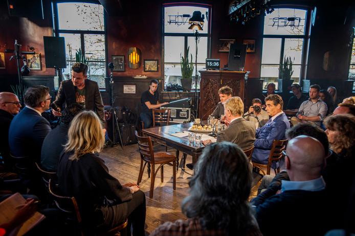 Advocaat Gerard Spong (rechts, in zijn blauwe pak) tijdens het coffeeshopdebat dat op 4 januari 2016 werd gehouden in The Grass Company in Tilburg. Justitie in Nederland laat Van Laarhoven 'wegrotten in zijn Thaise cel', vindt Spong.