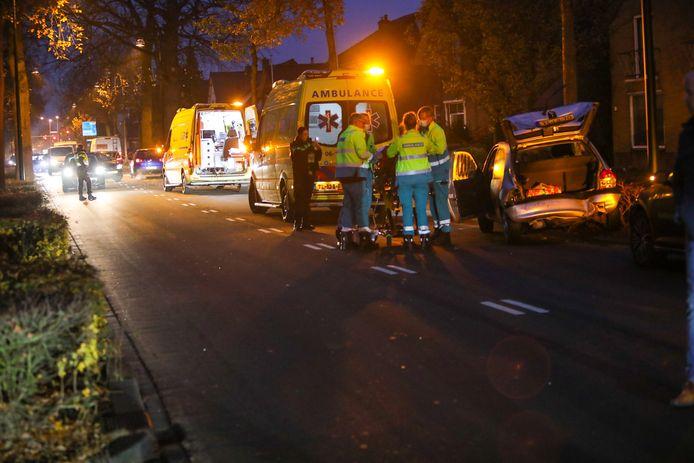 Bij een aanrijding op de Zutphensestraat in Apeldoorn is een bestuurster van een auto gewond geraakt.