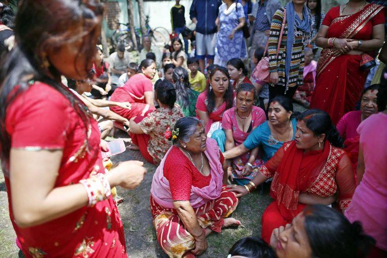 Nepalezen vluchtten massaal naar buiten in Kathmandu.