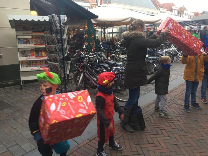 Aan het einde van het feest in Zierikzee helpen grote en kleine pieten en heel veel kinderen mee om alle pakjes en logeerspullen naar het Huis van Sinterklaas in het Stadhuismuseum aan de Meelstraat te brengen.