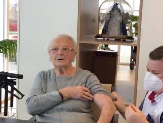 "Bewoonster wzc Stede Akkers reageert ludiek op inenting coronavaccin: ""Hela, ik heb prik niet gevoeld, ik heb het toch wel gehad hé"""