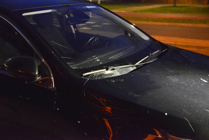 De schade aan de auto na de aanrijding in Breda.