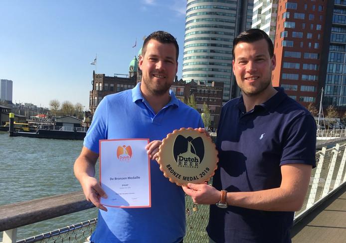 Tweelingbroers Peter en Jesper uit Papendrecht zijn met hun nieuwste bier IPAAP in de prijzen gevallen. Het bier was goed voor brons in de Dutch Beer Challenge.