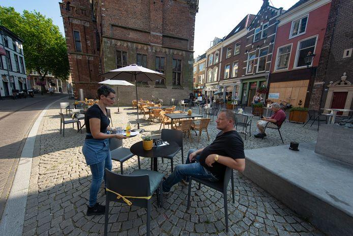 Uitbreiding terrassen in Kampen een succes zoals hier op/bij het Koeplein aan de Oudestraat.