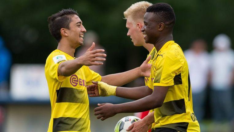 Zijn ploegmaats blij na een nieuwe goal van Moukoko.