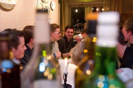 Klanten genieten van de maaltijd in Vesters.