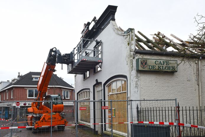 OOSTERHOUT - Om de pui van café de Kloek te stutten tijdens de storm Ciara is vorige week een shovel geplaatst. De shovel is vandaag verwijderd.