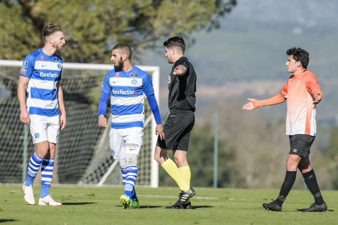 De Graafschap-spelers Fabian Serrarens (links) en Youssef El Jebli reageren verontwaardigd nadat Peralada een vrije trap krijgt.