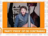 Dominic Seldis speelt voor ons zijn contrabas 'party piece'