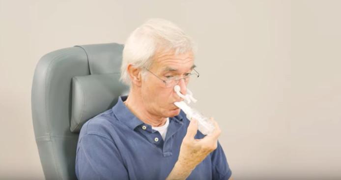 Een patiënt, niet met corona, die de ademspieren traint.