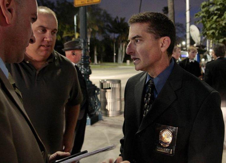 Politiechef Mark Rosen van de politie in Beverly Hills (rechts) in gesprek met journalisten bij het hotel waar het lichaam van Whitney Houston is aangetroffen. Beeld reuters
