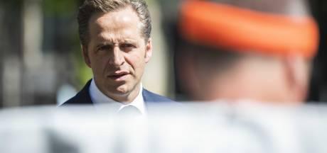 Minister Hugo de Jonge bezoekt zwaar getroffen verpleeghuis in Dordrecht