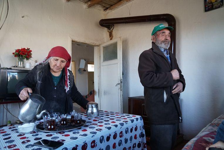 Alevieten Gülistan en Mehmet Karaman in het Anatolische dorpje Narlik.  Beeld Melvyn Ingleby