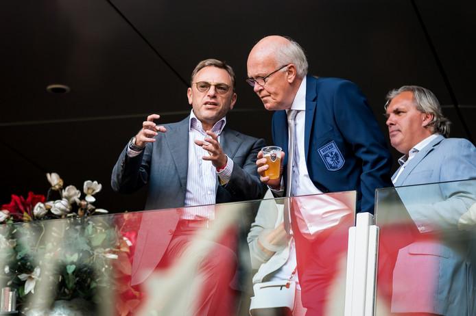 Vitesse-commissaris Valeri Oyf (links) in gesprek met Kees Bakker op de tribune tijdens Ajax -  Vitesse vorig seizoen.