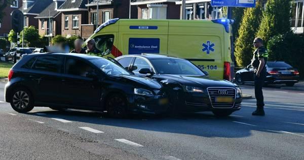 Botsing tussen lesauto en personenwagen in Enschede.