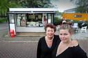 Cindy Wiggers (R) en haar moeder Hanneke voor hun snackbar De Sport die zomaar moest verdwijnen