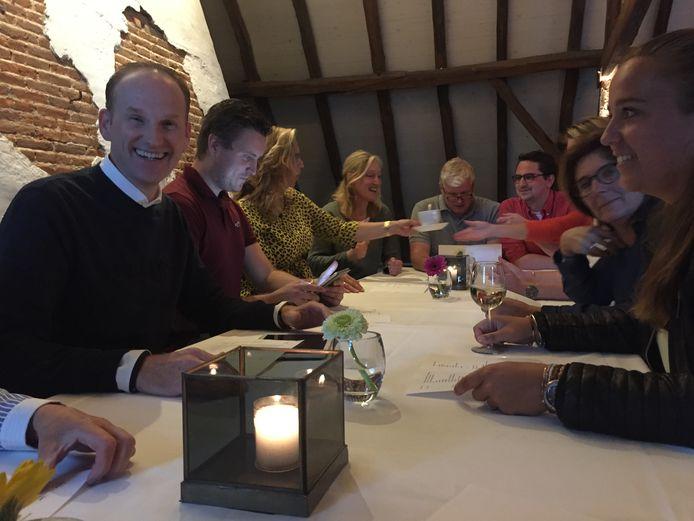 Voorzitter Koen Wouters (L) van de Dorpsquiz Berkel-Enschot kan lachen: voor de vijfde editie heeft een recordaantal teams ingeschreven
