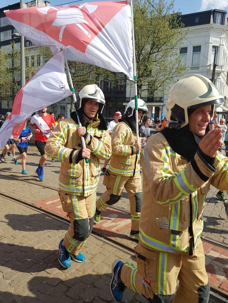 De brandweermannen van de zone Antwerpen hebben de Ten Miles gelopen in hun interventiekledij.