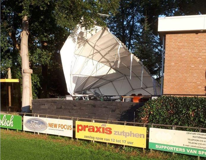 De terrastent van voetbalclub SC Eefde waaide in de nacht van woensdag op donderdag omver. De schade valt mee. De tent wordt na het weekend gerepareerd en is over ruim een week weer bruikbaar.