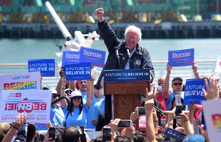 Bernie Sanders spreekt op een verkiezingsbijeenkomst in Los Angeles, 27 mei 2016. Beeld AFP