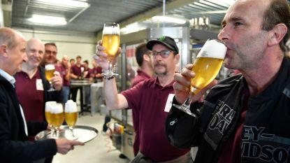 """Pijnders mogen als eerste Ros Beiaardbier van brouwerij Dilewyns proeven: """"Fantastisch lekker, al zijn we gewend jenever te drinken"""""""