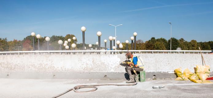 De betonnen rand op het Burgemeester Van Boeijenplein wordt schoongemaakt en voorzien van een coating.