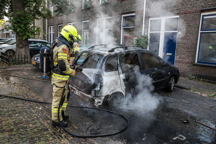 De auto aan de Hovenierstraat was niet meer te redden.