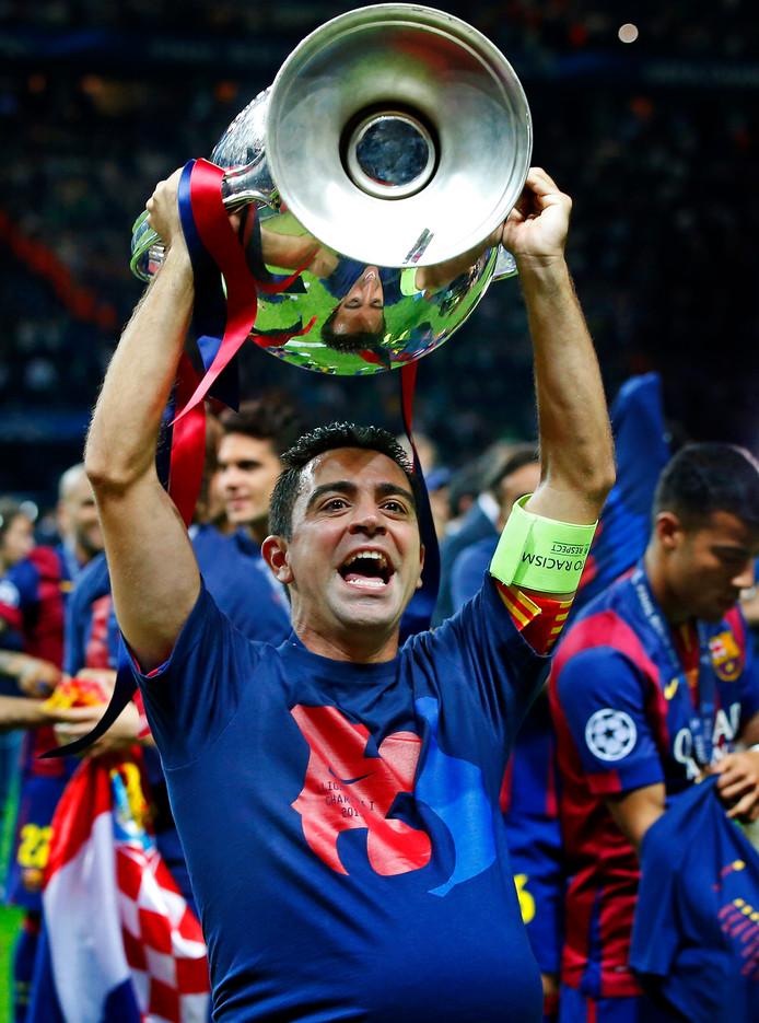 Duitsland, Berlijn, 06-06-2015 Champions League finale Juventus- FC Barcelona Xavi Hernandez neemt afscheid met de wedstrijdbal en de beker met de groet oren Foto ; Pim Ras