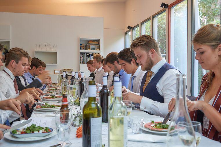 Een 21-diner begint steevast met carpaccio, zo leert de ervaring. Beeld Theo Stielstra