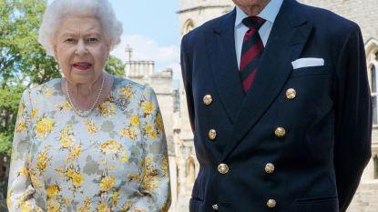 """Queen en prins Philip 'verplicht' om terug samen te wonen: """"Niet genoeg personeel voor hun aparte residenties"""""""
