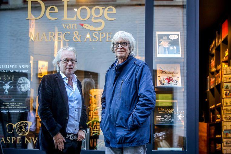 De cartoonist en auteur bij hun koffiehuis en boekhandel De Loge.