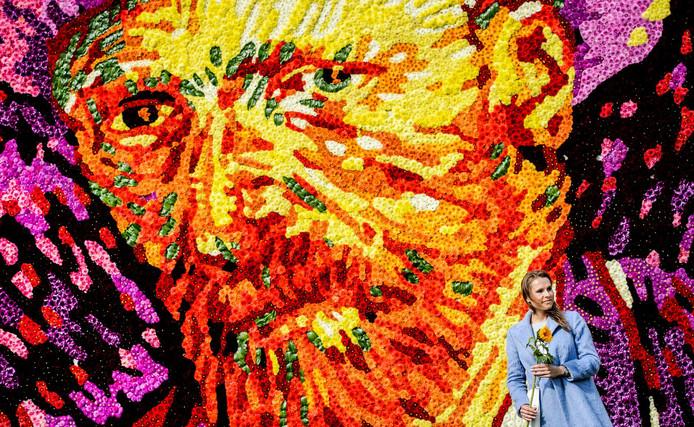 Een tableau met een zelfportret van Vincent van Gogh samengesteld uit 50.000 dahlias op het Museumplein.