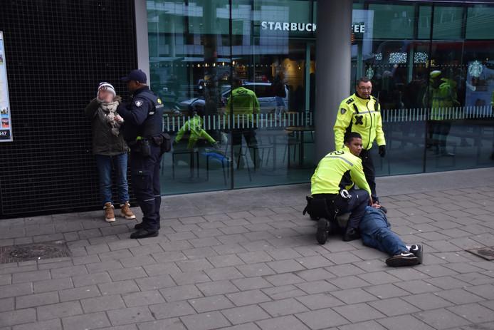 Zes mensen zijn aangehouden na een vechtpartij vlak voor Den Haag Centraal.