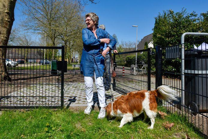 Aan de Burgemeester Zwaansweg in Vlijmen is al een paar jaar een hondenuitrenveld. Sem was destijds de eerste hond die het terrein op mocht. Z'n baasje, mevrouw Verboord had zich sterk gemaakt voor zo'n terrein.