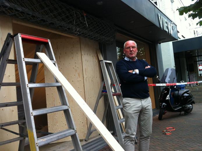 """Eigenaar Hans van Amelsfort van modezaak View 265 na de ramkraak in Waalwijk: ,,Mij krijgen ze niet klein. Al komen ze honderd keer terug."""""""