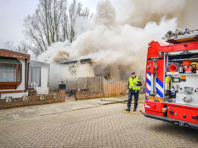Bij de brand in een woonwagen aan de Ir. Molsweg kwam een enorme rookpluim vrij.
