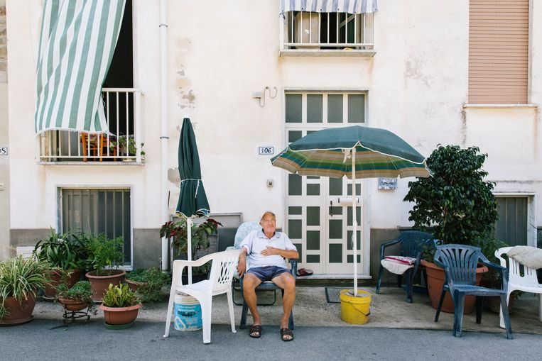 Edmund (81) voor zijn huis in Acciaroli. De bewoners van het Italiaanse dorpje worden uitzonderlijk oud.  Beeld Gianni Cipriano voor De Volkskrant